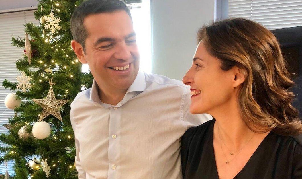 Την κοιτάζει στα μάτια, την αγκαλιάζει & του χαμογελά: Αλέξης & Περιστέρα σε Χριστουγεννιάτικη πόζα & ευχές μπροστά από το δέντρο τους (φωτό) - Κυρίως Φωτογραφία - Gallery - Video