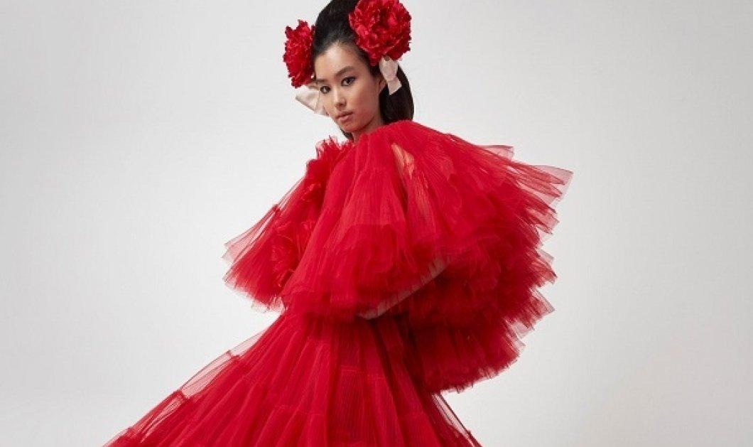 Τα extravagant φορέματα του Giambattista Valli: Σιλουέτες σαν λουλούδια, τούλι και άρωμα θηλυκότητας (φωτό & βίντεο) - Κυρίως Φωτογραφία - Gallery - Video