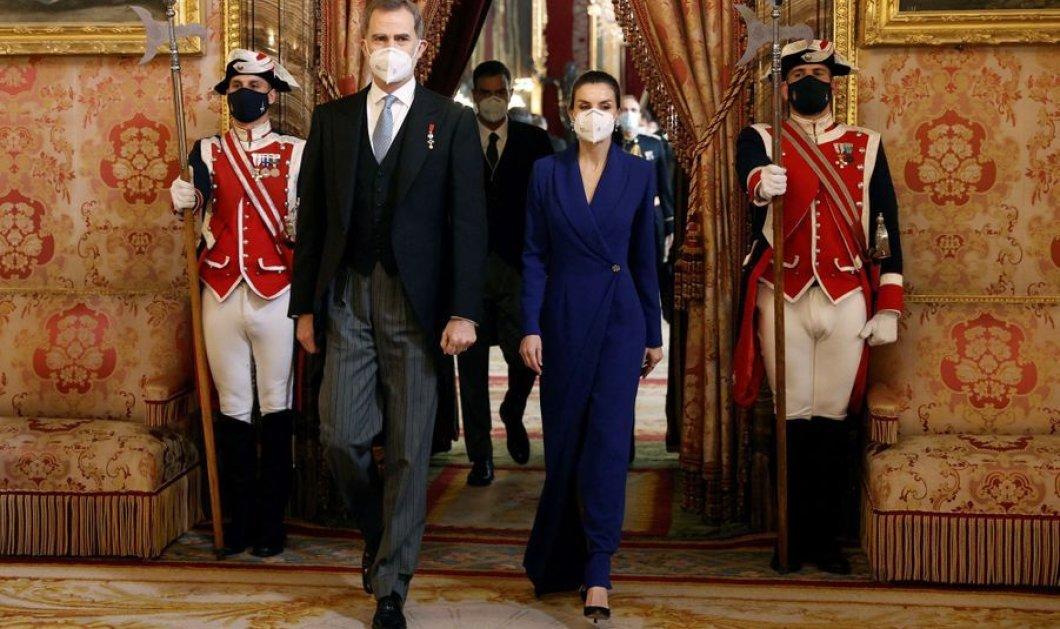 Με υπέροχο μπλε - ηλεκτρίκ φόρεμα η βασίλισσα Λετίσια - Κομψή όσο ποτέ στη δεξίωση για τους διπλωμάτες (φώτο)  - Κυρίως Φωτογραφία - Gallery - Video