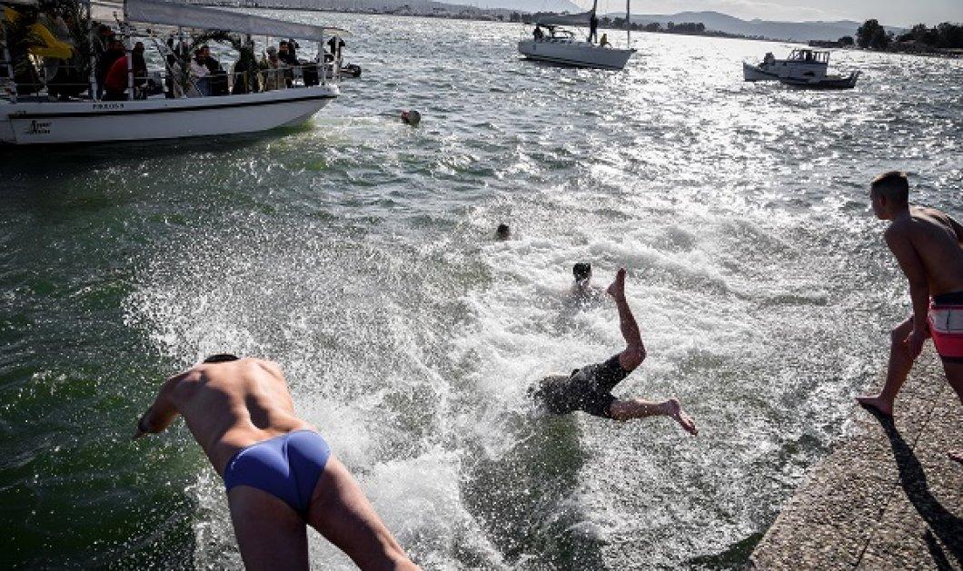 Νεαρός αδιαφόρησε για τα μέτρα, έπεσε στην θάλασσα για τον σταυρό και χτύπησε άσχημα - Πήγε στο νοσοκομείο (φωτό) - Κυρίως Φωτογραφία - Gallery - Video