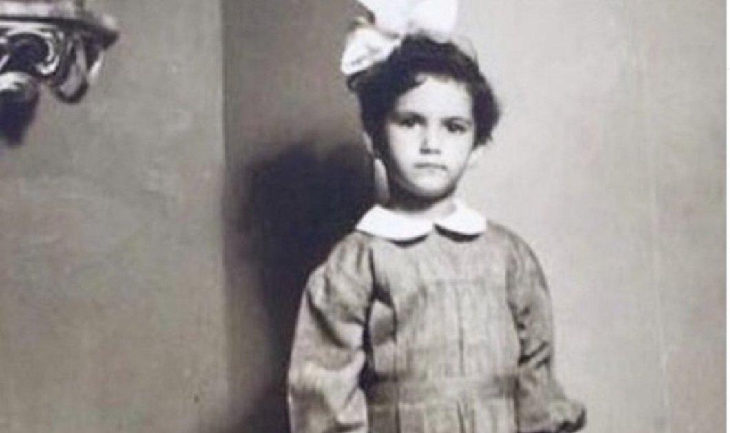 Ποιο είναι αυτό το όμορφο κοριτσάκι με την κορδελίτσα και την ποδιά του σχολείου; - Μια σπουδαία & πολύ διάσημη &  αγαπημένη τραγουδίστρια (φώτο) - Κυρίως Φωτογραφία - Gallery - Video