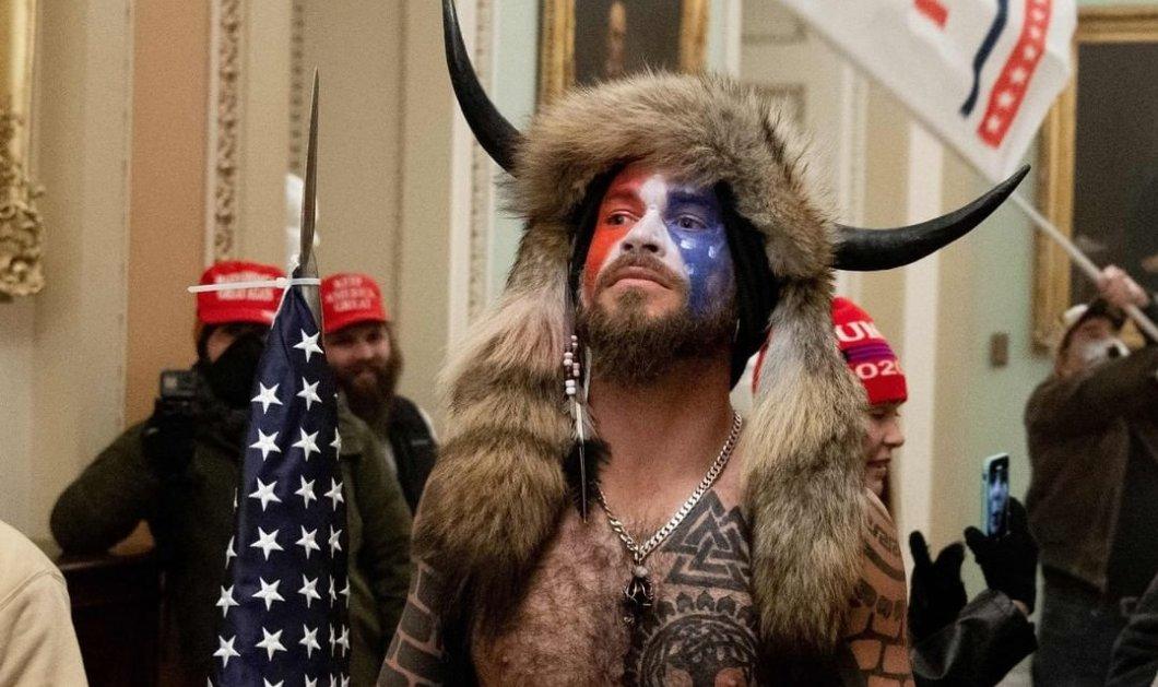 """Ποιος είναι ο ντυμένος """"Βίκινγκ"""" εισβολέας στο Καπιτώλιο; Οπαδός θεωριών συνωμοσίας- Πιστεύει ότι ο Τραμπ είναι σε πόλεμο με Σατανιστές & παιδόφιλους (φωτό- βίντεο) - Κυρίως Φωτογραφία - Gallery - Video"""