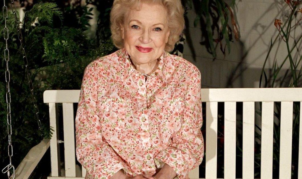 Λαμπερή & κούκλα λίγο πριν κλείσει τα 99 η διάσημη κωμικός Betty White αποκαλύπτει το μυστικό  της αιώνιας νεότητας  (φώτο-βίντεο) - Κυρίως Φωτογραφία - Gallery - Video