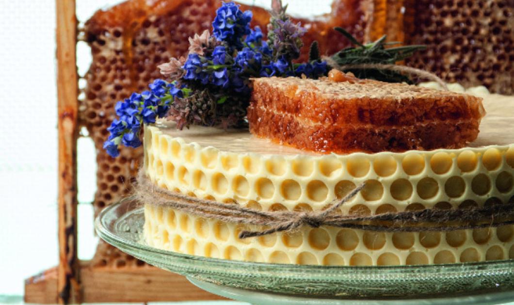 Ο Στέλιος Παρλιάρος μας τρελαίνει: Φτιάχνει τούρτα σαμπάνιας με μέλι και κερήθρα - Κυρίως Φωτογραφία - Gallery - Video