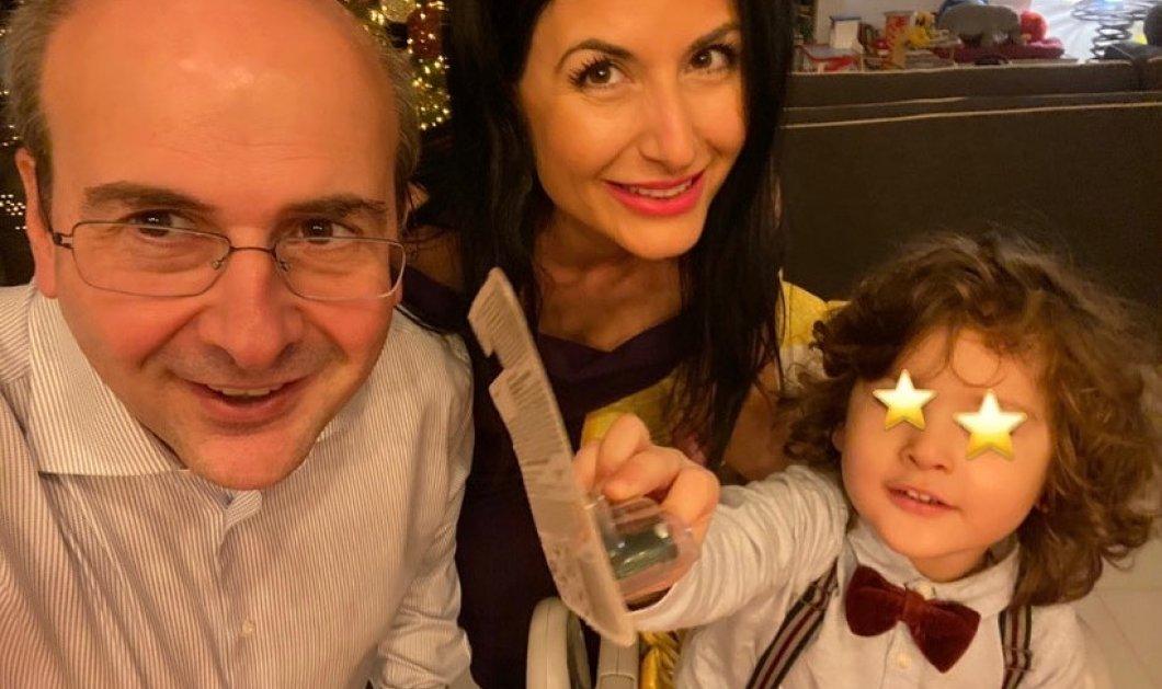 Ο Κωστής Χατζηδάκης γιόρτασε το μικρό του Γιάννη - Κατάξανθος ο μικρός με μπουκλίτσες (φωτό) - Κυρίως Φωτογραφία - Gallery - Video