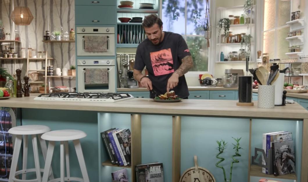 Άκης Πετρετζίκης: Φτιάχνει εκπληκτικές Αβγόφετες σάντουιτς με λουκάνικα χωριάτικα  - Κυρίως Φωτογραφία - Gallery - Video