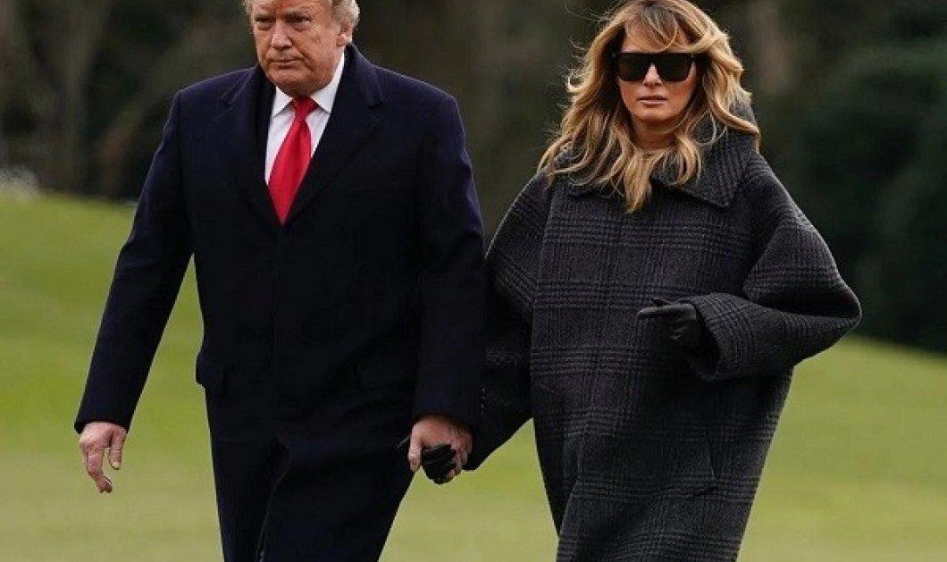 Η Melania Trump επέστρεψε στον Λευκό Οίκο - Η χαλαρή εμφάνιση με oversized παλτό & γαλότσες (φωτό & βίντεο) - Κυρίως Φωτογραφία - Gallery - Video