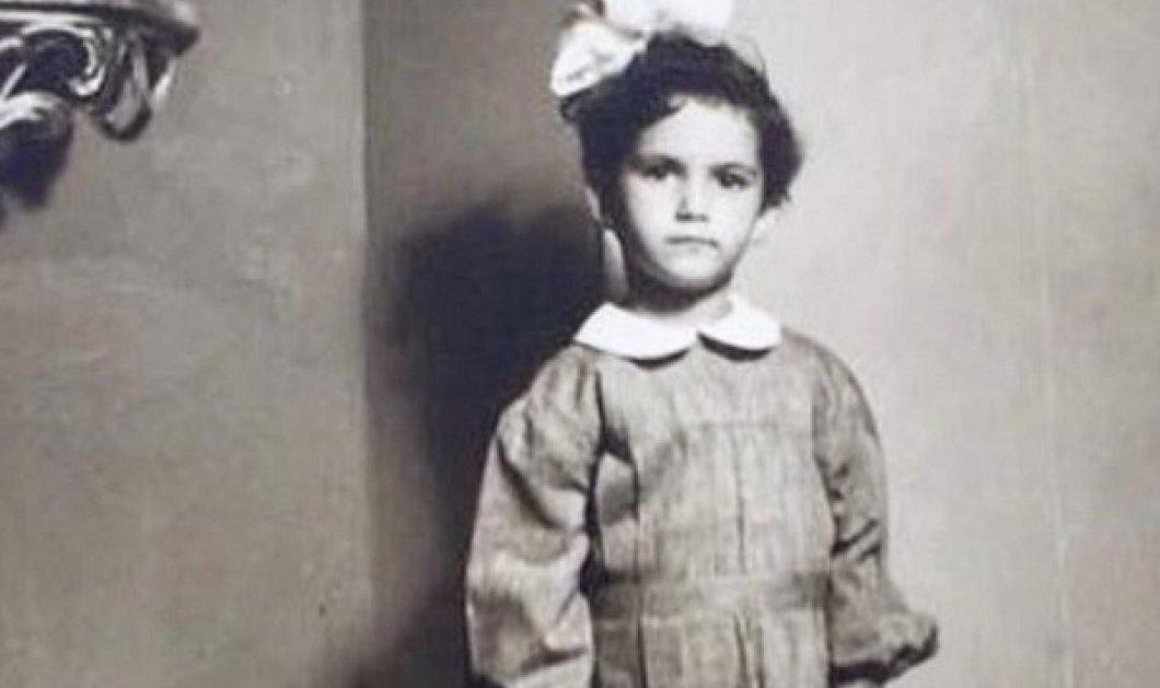 Η Άλκηστις Πρωτοψάλτη έτοιμη για το νηπιαγωγείο! Με την σχολική της στολή το 1961 στην Αλεξάνδρεια της Αιγύπτου (φωτό) - Κυρίως Φωτογραφία - Gallery - Video