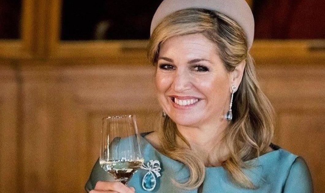 Η βασίλισσα Μάξιμα της Ολλανδίας μας εύχεται Καλή Χρονιά: Με ένα ποτήρι κρασί και απίστευτο πετρόλ σύνολο (φωτό) - Κυρίως Φωτογραφία - Gallery - Video