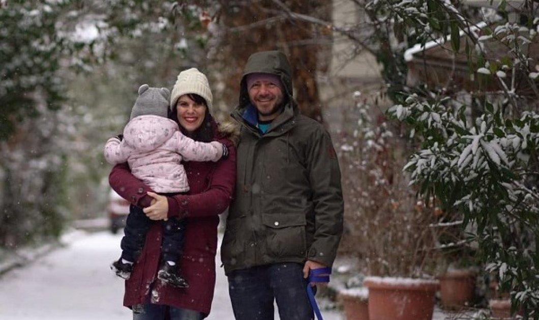 Ο Ευτύχης Μπλέτσας μας εύχεται για του Αγίου Βαλεντίνου: Η όμορφη σύζυγος, η κορούλα τους και το χιόνι (φωτό) - Κυρίως Φωτογραφία - Gallery - Video