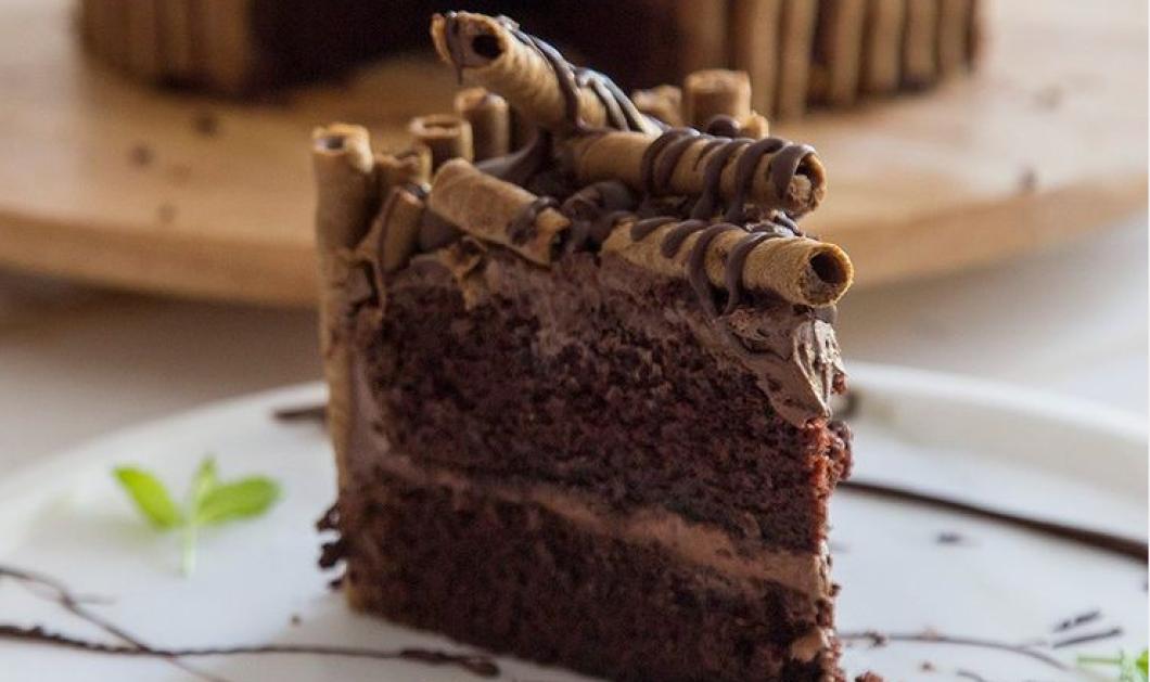 Μαγειρεύουμε παρέα με τον Άκη Πετρετζίκη μια άπαιχτη τούρτα σοκολάτας - Δείτε σε βίντεο τα βήματα  - Κυρίως Φωτογραφία - Gallery - Video