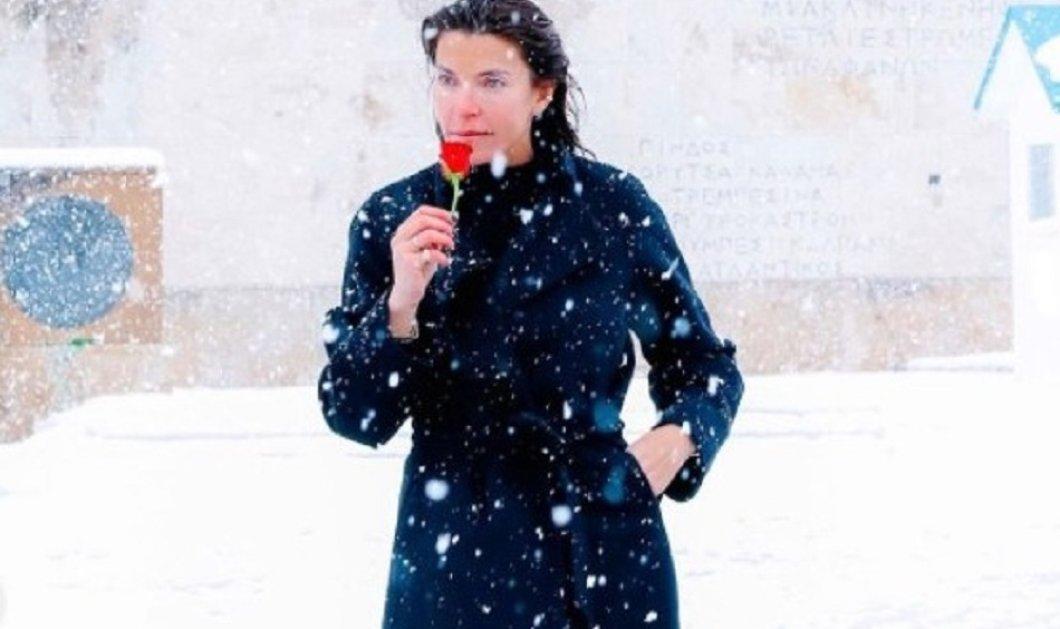 Με λευκή ομπρέλα & κομψά outfit η Μαρίνα Βερνίκου βολτάρει στο χιονισμένο Κολωνάκι & στο κέντρο - Πότε θα ξαναδούμε τέτοιες εικόνες! (φώτο) - Κυρίως Φωτογραφία - Gallery - Video