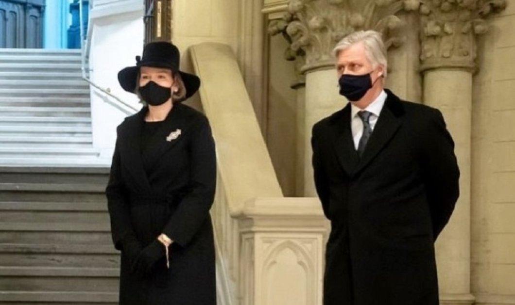 Σύσσωμη η βασιλική οικογένεια του Βελγίου στο ετήσιο μνημόσυνο για τους εκλιπόντες της βασιλικής οικογένειας - Υπέρκομψη η Ματθίλδη με total black σύνολο και μεγάλο καπέλο  (φώτο) - Κυρίως Φωτογραφία - Gallery - Video