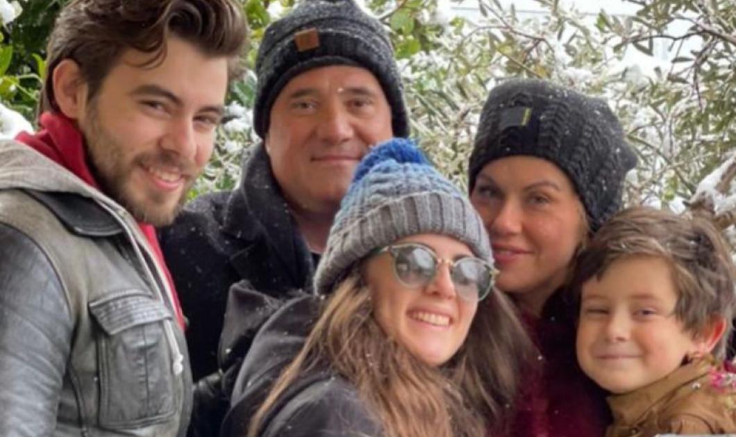 O Άδωνις, η Ευγενία και τα τρία από τα τέσσερα παιδιά τους με σκούφους στα χιόνια (φωτό) - Κυρίως Φωτογραφία - Gallery - Video