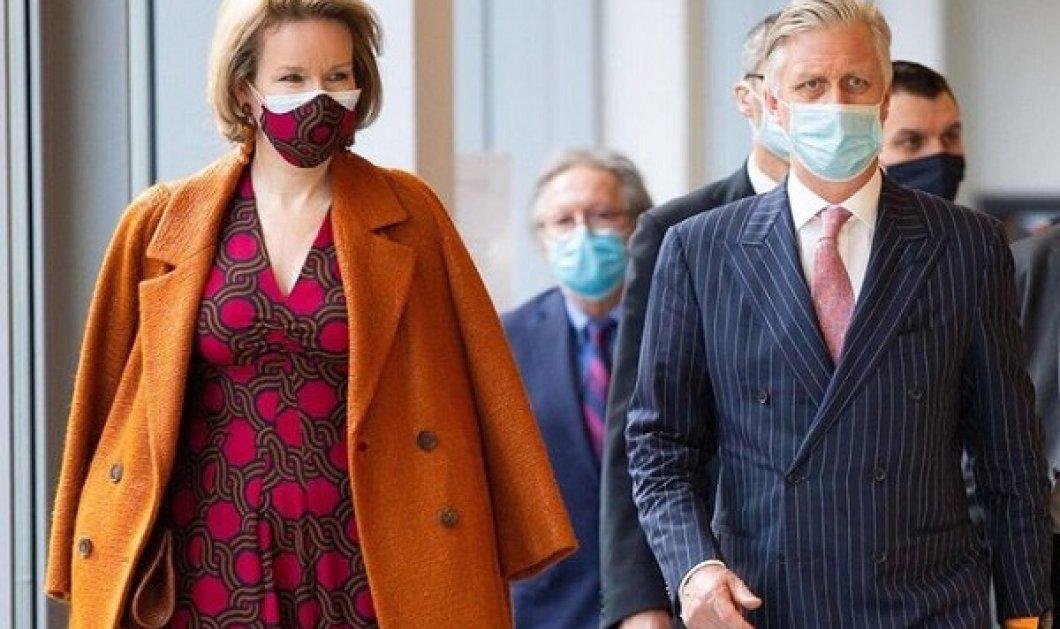 Τόσο κομψή και προσιτή η βασίλισσα Ματθίλδη του Βελγίου: Συνδύασε μπορντό φόρεμα με κεραμιδί παλτό και φυσικά ασορτί μάσκα (φωτό) - Κυρίως Φωτογραφία - Gallery - Video
