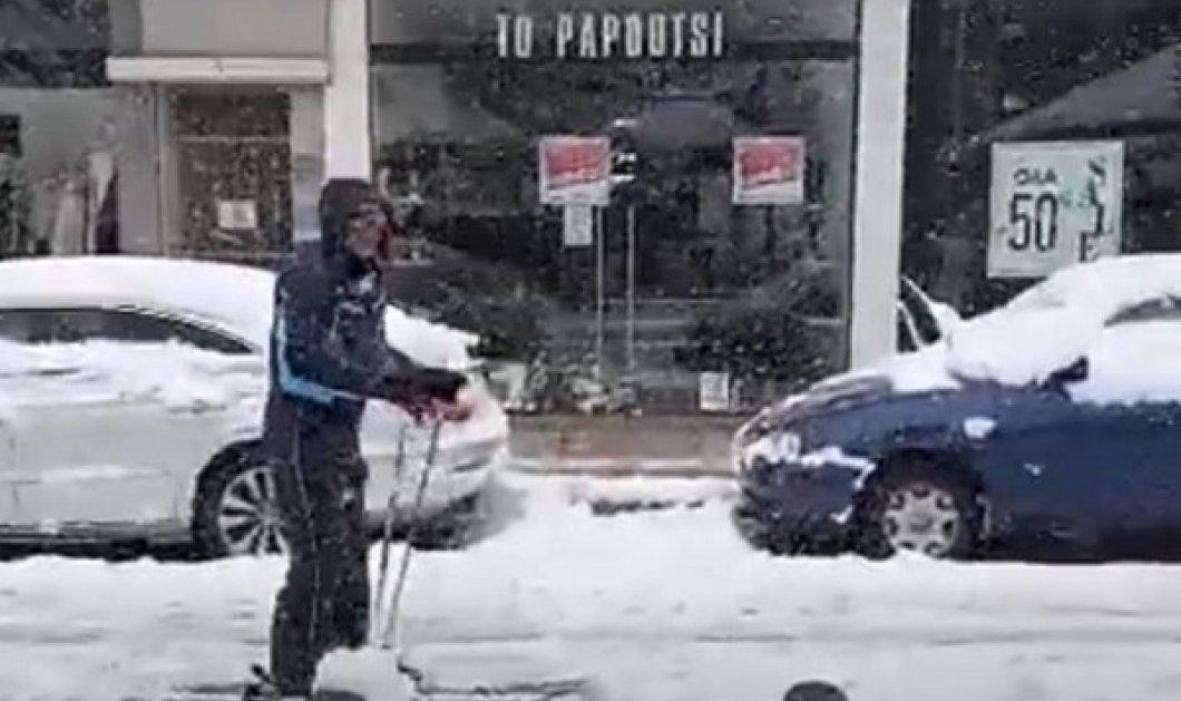Απίστευτος τύπος! Βγήκε στο Περιστέρι και έκανε σκι - «Δεν απαγορεύεται αυτό;… είναι σωματική άθληση» (βίντεο) - Κυρίως Φωτογραφία - Gallery - Video