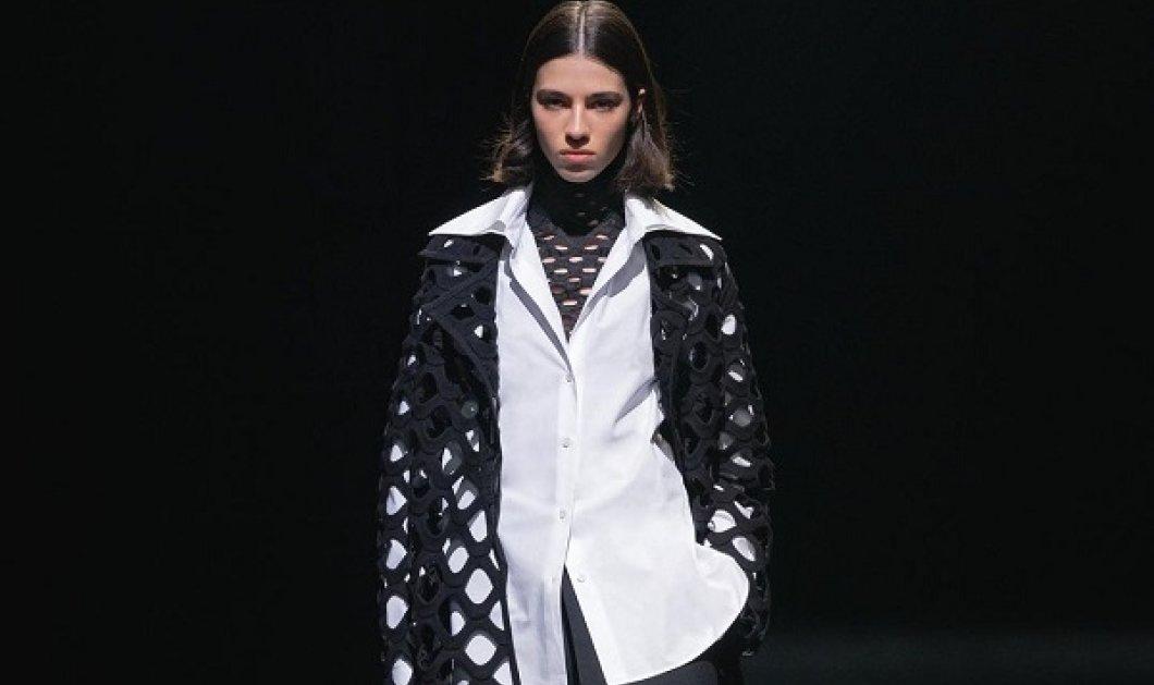 Με λευκά και μαύρα outfits η νέα κολεξιόν του Valentino - Την παρουσίασε μέσα από το κλειστό Piccolo Teatro στο Μιλάνο (φωτό & βίντεο) - Κυρίως Φωτογραφία - Gallery - Video