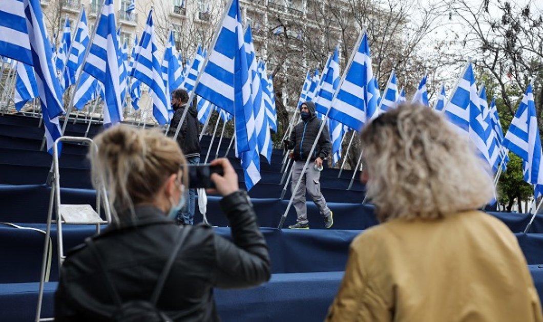 Γέμισε γαλανόλευκες σημαίες το Σύνταγμα! Εικόνες από τις προετοιμασίες για την στρατιωτική παρέλαση της 25ης Μαρτίου - Κυρίως Φωτογραφία - Gallery - Video