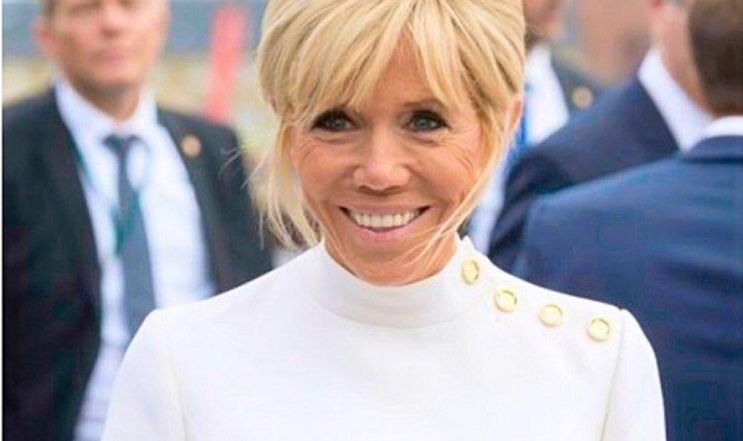 Εξώφυλλο η Μπριζίτ Μακρόν στο Elle: Το μπλε στενό κοστούμι και το λευκό πουκάμισο - Το chevalier δαχτυλίδι (φωτό) - Κυρίως Φωτογραφία - Gallery - Video