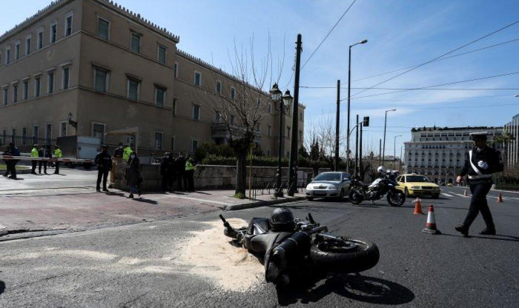 Δημοσιογράφος ανέβασε Βίντεο ντοκουμέντο με την στιγμή του μοιραίου τροχαίου έξω από την Βουλή - Πως εκτινάχθηκε ο άτυχος μοτοσικλετιστής  - Κυρίως Φωτογραφία - Gallery - Video