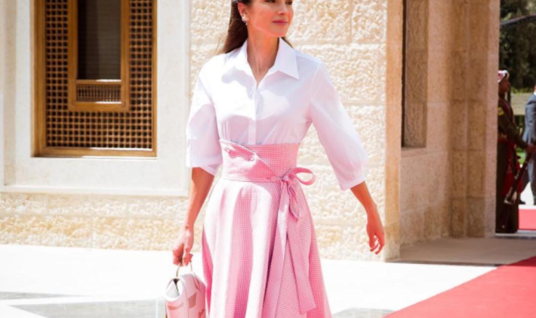 H Βασίλισσα Ράνια της Ιορδανίας σε μια αξεπέραστη εμφάνιση - Ροζ καρό κοστούμι , τελευταία λέξη της μόδας (φωτό)  - Κυρίως Φωτογραφία - Gallery - Video