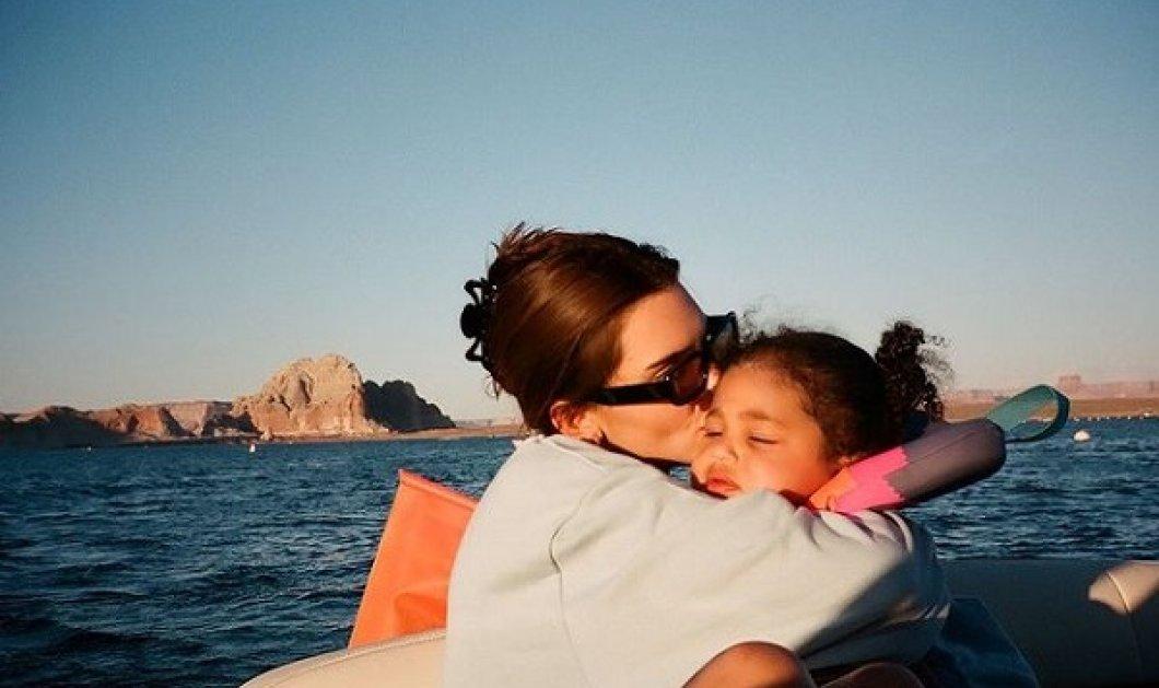 Η Kendall Jenner μ' ένα μωρό στα χέρια: Όταν την ρώτησαν αν ξέρει να αλλάζει πάνες - «Έχω αρχίσει να ιδρώνω» (βίντεο) - Κυρίως Φωτογραφία - Gallery - Video