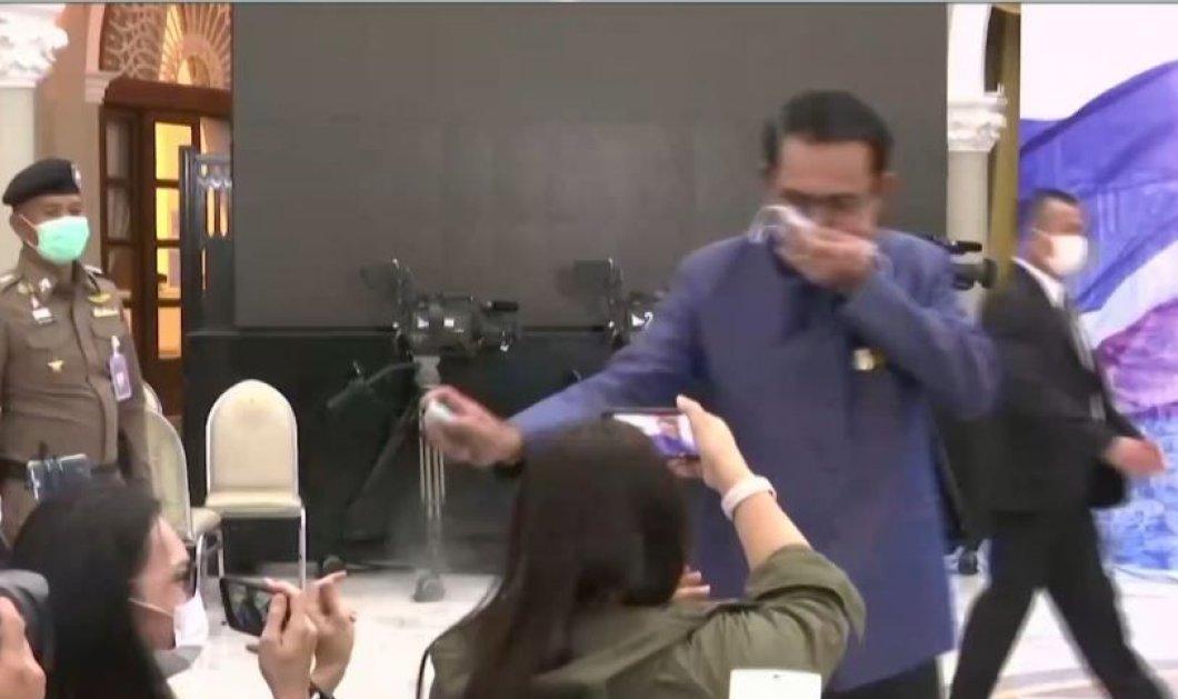 Παγκόσμια πρωτιά! Ο πρωθυπουργός ψέκασε με απολυμαντικό τους δημοσιογράφους που έκαναν δυσάρεστες ερωτήσεις (βίντεο) - Κυρίως Φωτογραφία - Gallery - Video