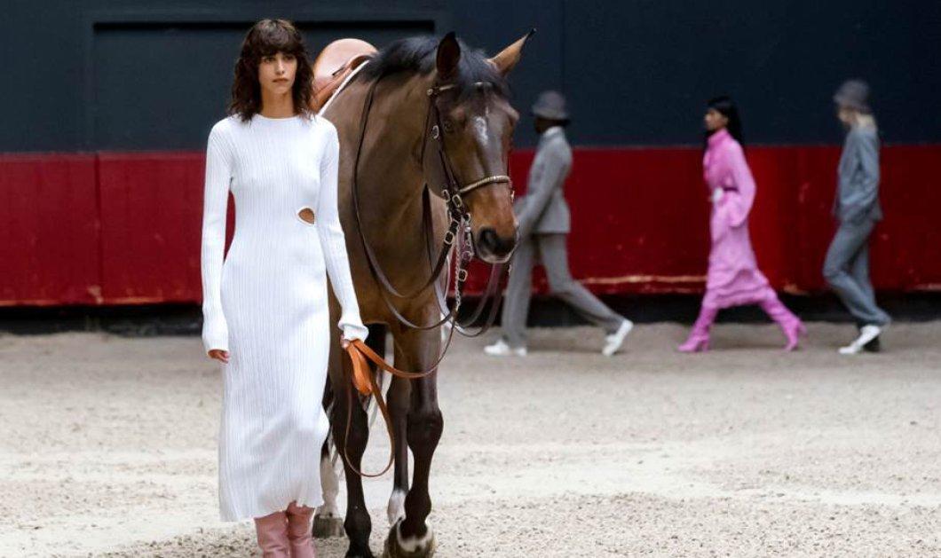 Η επίδειξη μόδας του οίκου Longchamp στο Παρίσι για την παρουσίαση της συλλογής Fall/Winter 2021 - Ιππικό στυλ, αέρινα midi φορέματα, cropped παντελόνια (φωτό) - Κυρίως Φωτογραφία - Gallery - Video
