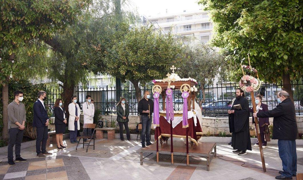 Με το γιο του στον Επιτάφιο ο Κυριάκος Μητσοτάκης- Στο παρεκκλήσι του Οσίου Λουκά  στο Ιπποκράτειο (φώτο) - Κυρίως Φωτογραφία - Gallery - Video