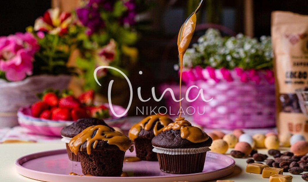 Σκέτος πειρασμός η συνταγή της Ντίνας Νικολάου: Muffins με διπλή σοκολάτα και σάλτσα καραμέλας - Ποιος μπορεί να αντισταθεί; - Κυρίως Φωτογραφία - Gallery - Video