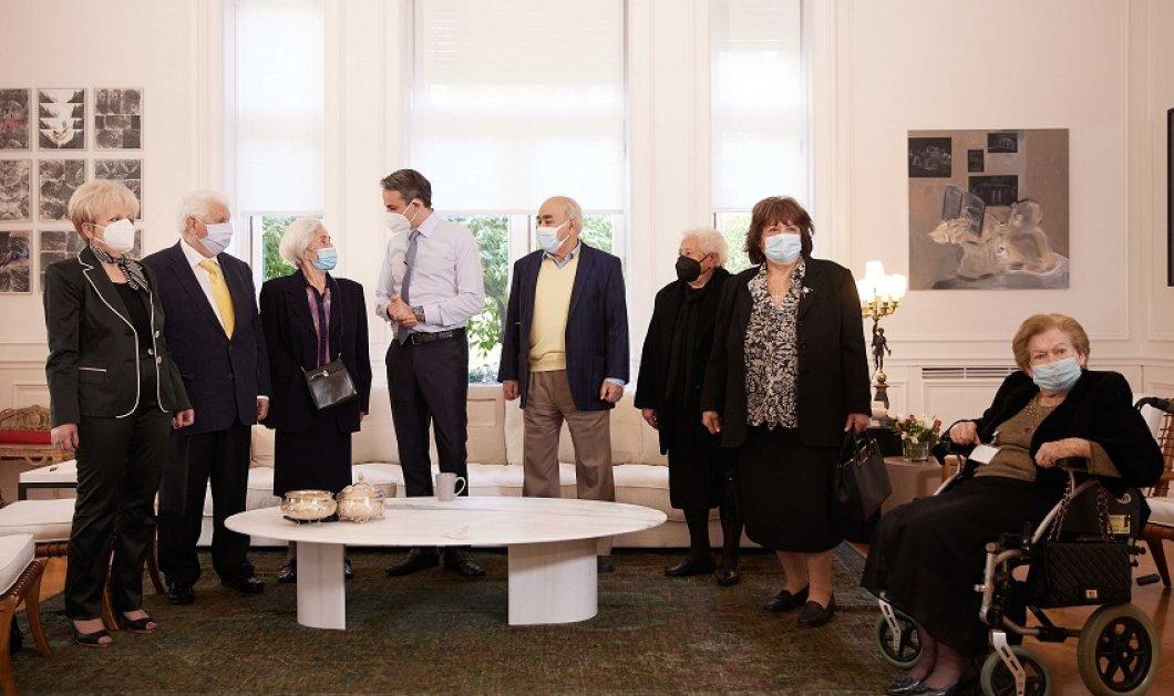 """Μητσοτάκης στη συνάντηση με ηλικιωμένους στο Μέγαρο Μαξίμου: """"Βοηθείστε να πείσουμε τους συμπολίτες μας να κάνουν το εμβόλιο"""" (φώτο) - Κυρίως Φωτογραφία - Gallery - Video"""