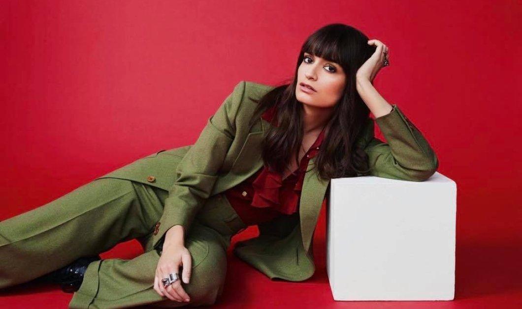 """Υπέροχα φορέματα - εντυπωσιακά κοστούμια - παντελόνια 'καμπάνα"""" :  Η Clara Luciani παρουσιάζει τα πιο στιλάτα  σύνολα  - Φινέτσα με ρετρό αέρα  (φώτο) - Κυρίως Φωτογραφία - Gallery - Video"""