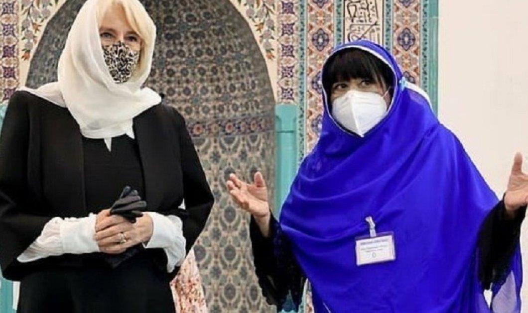 Με λεοπάρ μάσκα & λευκή μαντήλα η Καμίλα σε τζαμί του Λονδίνου - Tres Chic & με ...παντόφλες  η δούκισσα της Κορνουάλης (φώτο)  - Κυρίως Φωτογραφία - Gallery - Video