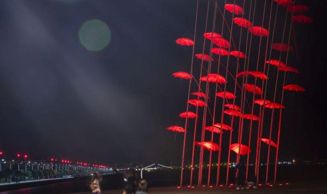 """Θεσσαλονίκη: Με κόκκινο χρώμα φωτίστηκαν οι """"Ομπρέλες"""" του Ζογγολόπουλου, ενόψει Πάσχα (φωτό) - Κυρίως Φωτογραφία - Gallery - Video"""
