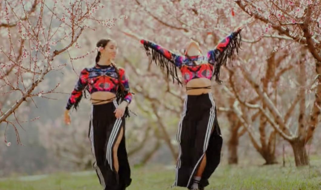 Καλή εβδομάδα με δύο Ελληνίδες δίδυμες την Έλενα & τη Φένια να χορεύουν κάτω στις ανθισμένες ροδακινιές της Ημαθίας (βίντεο) - Κυρίως Φωτογραφία - Gallery - Video