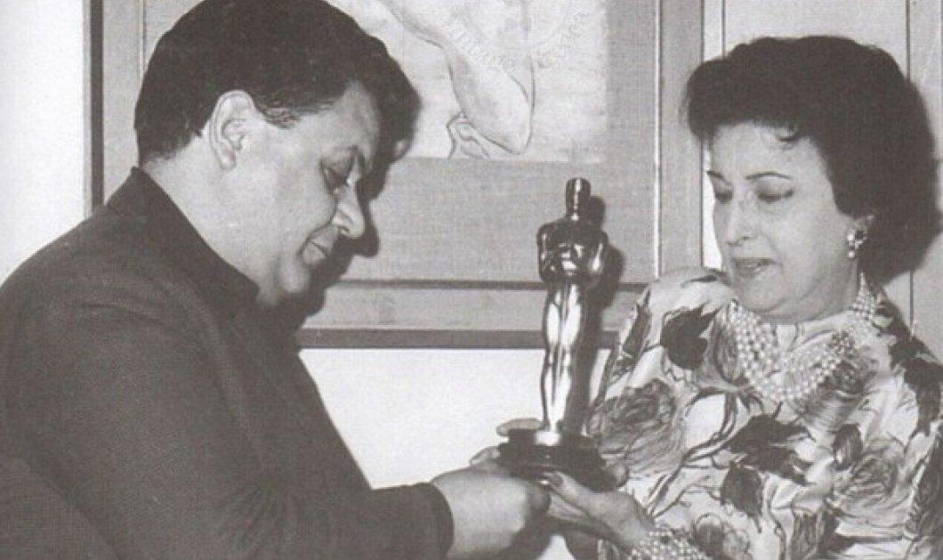 Όταν ο Μάνος Χατζιδάκις είχε φωτογραφηθεί με το Όσκαρ της Κατίνας Παξινού, επειδή είχε χαθεί το δικό του -  Μισούσε το χρυσό αγαλματίδιο (φωτό) - Κυρίως Φωτογραφία - Gallery - Video