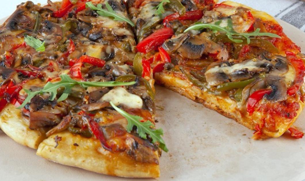 Ο Άκης Πετρετζίκης μας δείχνει πως θα κάνουμε νηστίσιμη πίτσα στο τηγάνι - Έτοιμη σε μόλις λίγα λεπτά (βίντεο)  - Κυρίως Φωτογραφία - Gallery - Video