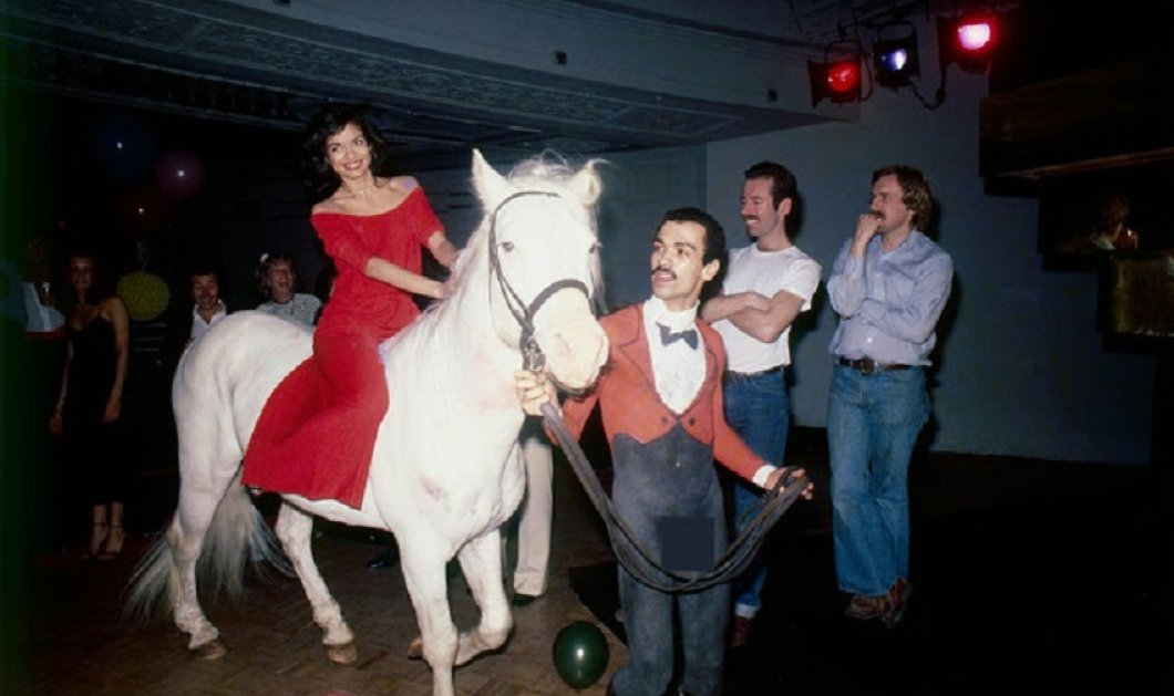 "Vintage Story: Όταν η σύζυγος του Μικ Τζάγκερ ""εισέβαλλε"" στο Studio 54 με άλογο - Το πάρτι γενεθλίων που έγινε πρωτοσέλιδο σε όλο τον κόσμο (φώτο) - Κυρίως Φωτογραφία - Gallery - Video"