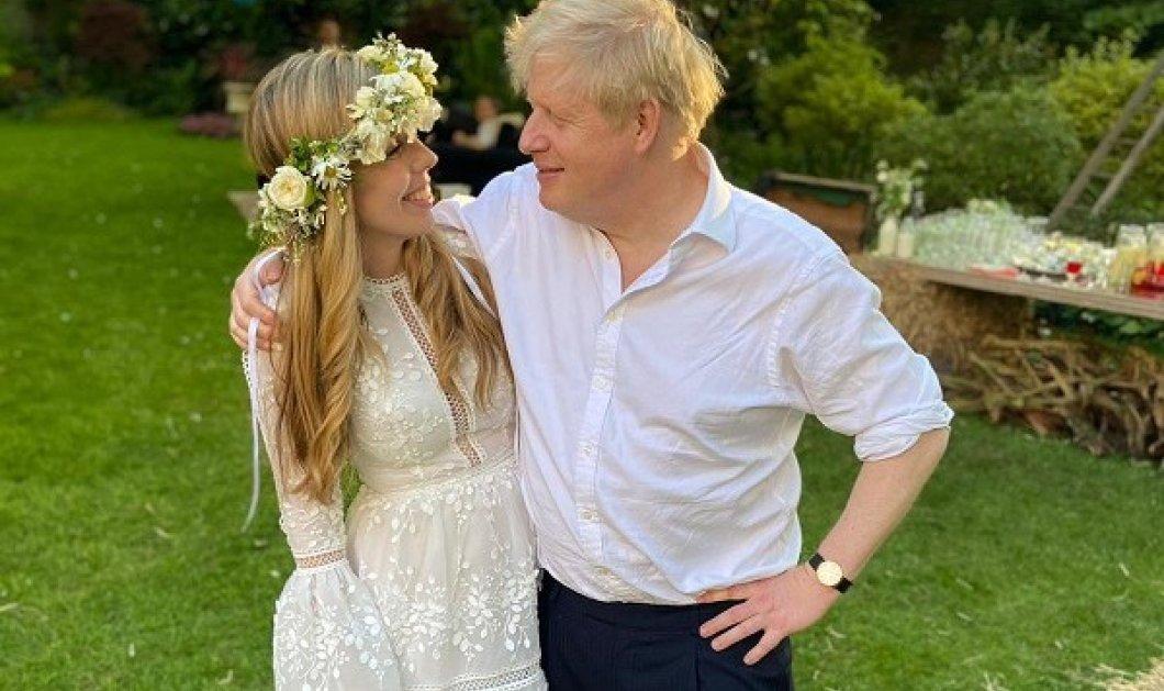 Η φωτό από τον γάμο του Μπόρις Τζόνσον με την Κάρι Σίμοντς: Νεράιδα η νύφη με λουλουδένιο στεφάνι & φόρεμα από το ελληνικό brand Costarellos - Κυρίως Φωτογραφία - Gallery - Video