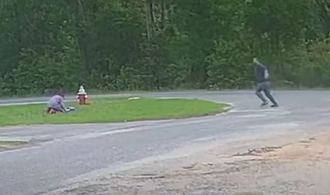 Βίντεο η στιγμή που 11χρονο κορίτσι γλιτώνει από απαγωγή: Άντρας πήγε να την αρπάξει αλλά η μικρή ηρωίδα του αντιστάθηκε και ξέφυγε - Κυρίως Φωτογραφία - Gallery - Video