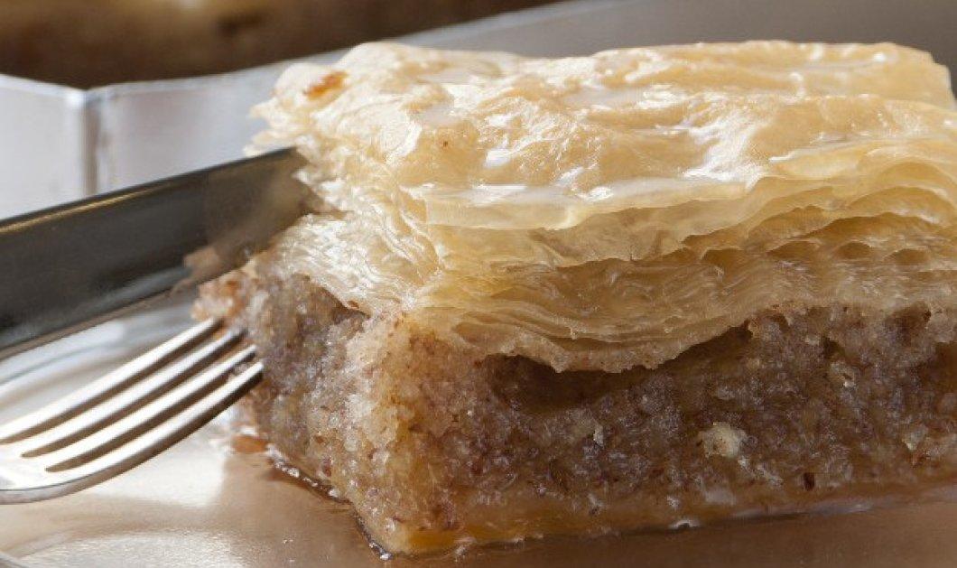 Στέλιος Παρλιάρος: Κέικ με φύλλο κρούστας και τέσσερις ξηρούς καρπούς - Ένα απίθανο γλυκό που μοιάζει με τον μπακλαβά - Κυρίως Φωτογραφία - Gallery - Video