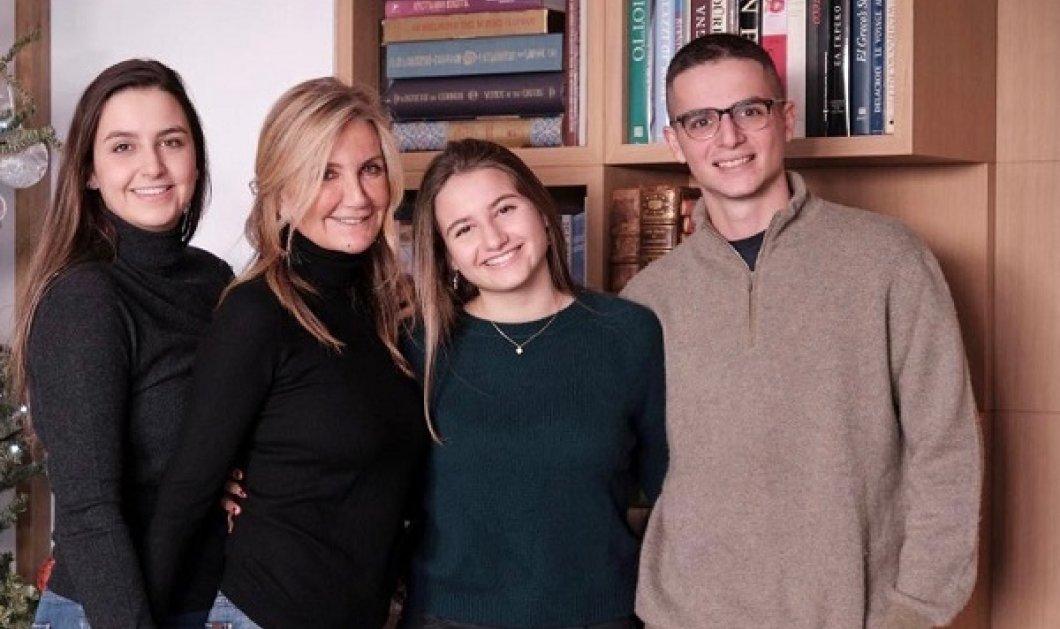 Ο Κυριάκος Μητσοτάκης εύχεται χρόνια πολλά στην «καλύτερη μαμά του κόσμου!» - Η φωτό της Μαρέβας αγκαλιά με τα τρια τους παιδιά - Κυρίως Φωτογραφία - Gallery - Video