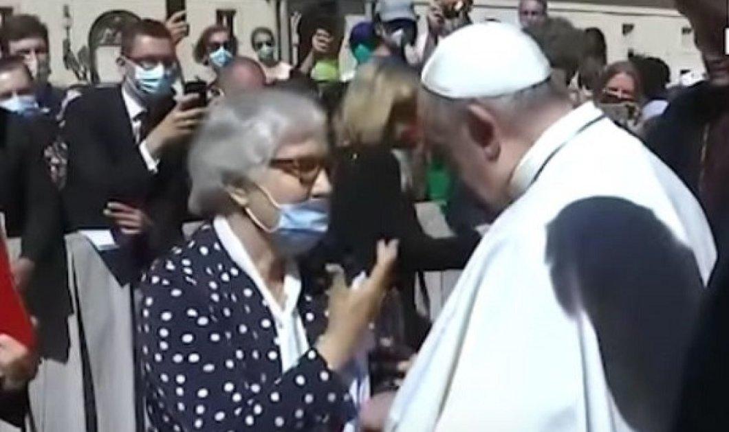Η τρυφερή στιγμή της ημέρας: Ο Πάπας Φραγκίσκος κάνει χειροφίλημα σε επιζήσασα του Άουσβιτς - πάνω στο τατουάζ της φρίκης (βίντεο) - Κυρίως Φωτογραφία - Gallery - Video