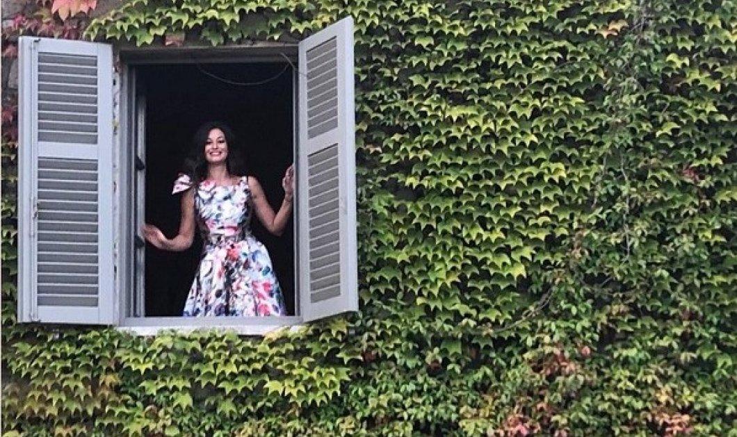Η Δωροθέα Μερκούρη ξεπροβάλλει από το παράθυρο! Ετοιμάζει κάτι πολύ «νόστιμο» στην πανέμορφη Τοσκάνη (φωτό) - Κυρίως Φωτογραφία - Gallery - Video
