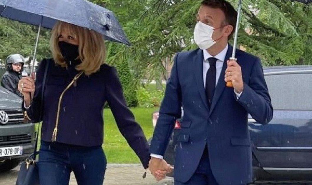 Total blue για την Brigitte Macron: Με κομψό σύνολο πήγε να ψηφίσει - γόβες, στενό παντελόνι, τζάκετ - χέρι, χέρι με τον Γάλλο πρόεδρο (φωτό & βίντεο) - Κυρίως Φωτογραφία - Gallery - Video