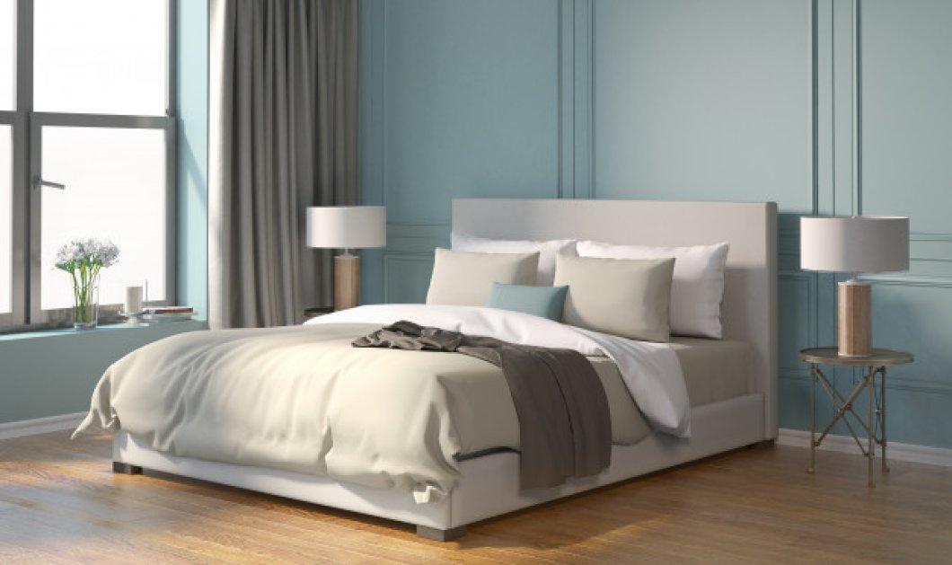 """Ο Σπύρος Σούλης μας δίνει ένα τέλειο tip: Δείτε πως θα """"στρώσετε"""" το κρεβάτι σαν να είναι βγαλμένο από περιοδικό - Κυρίως Φωτογραφία - Gallery - Video"""