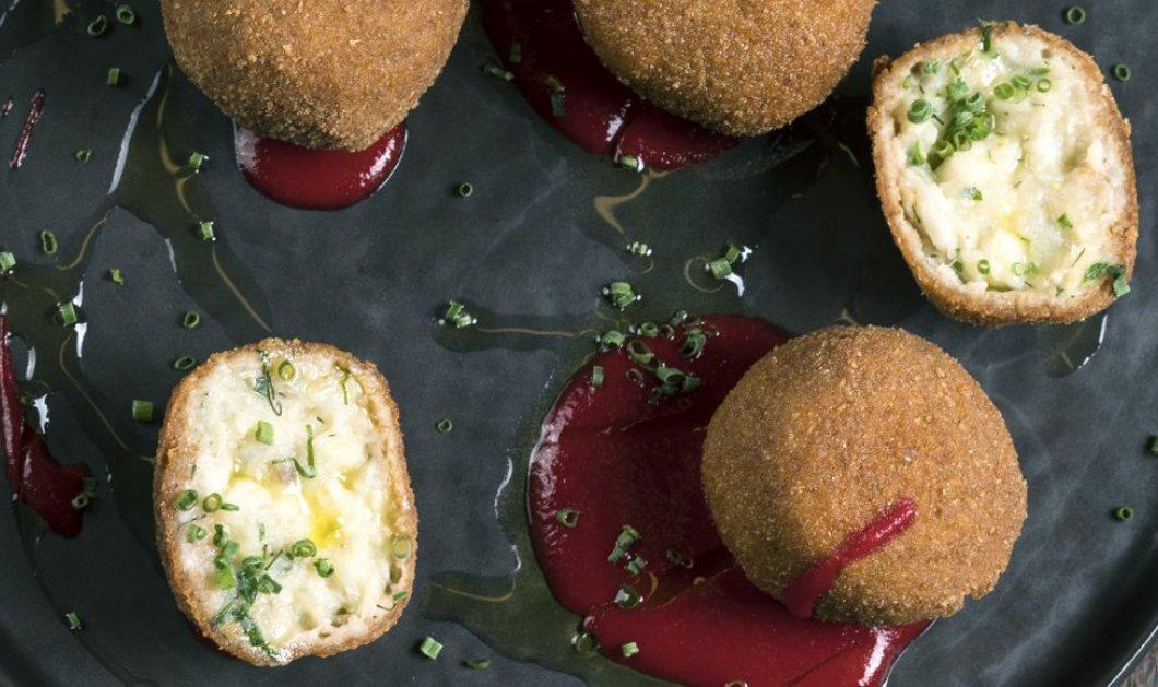 Ο Γιάννης Λουκάκος σε ένα εκπληκτικό πιάτο: Κροκέτες μπακαλιάρου με σάλτσα σαφράν και σαλάτα παντζάρι - Κυρίως Φωτογραφία - Gallery - Video