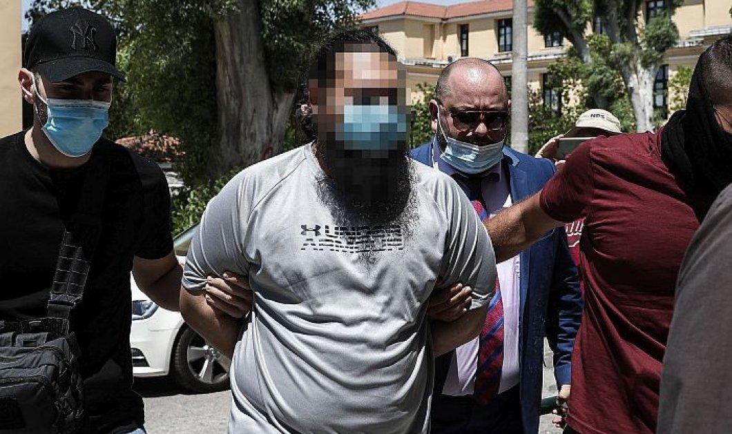 Επίθεση στην Μονή Πετράκη: Προθεσμία για να απολογηθεί αύριο έλαβε ο ιερέας που έριξε καυστικό υγρό στους μητροπολίτες - ''Δεν υπάρχει εκκλησιαστική δικαιοσύνη'', είπε (φωτό - βίντεο) - Κυρίως Φωτογραφία - Gallery - Video
