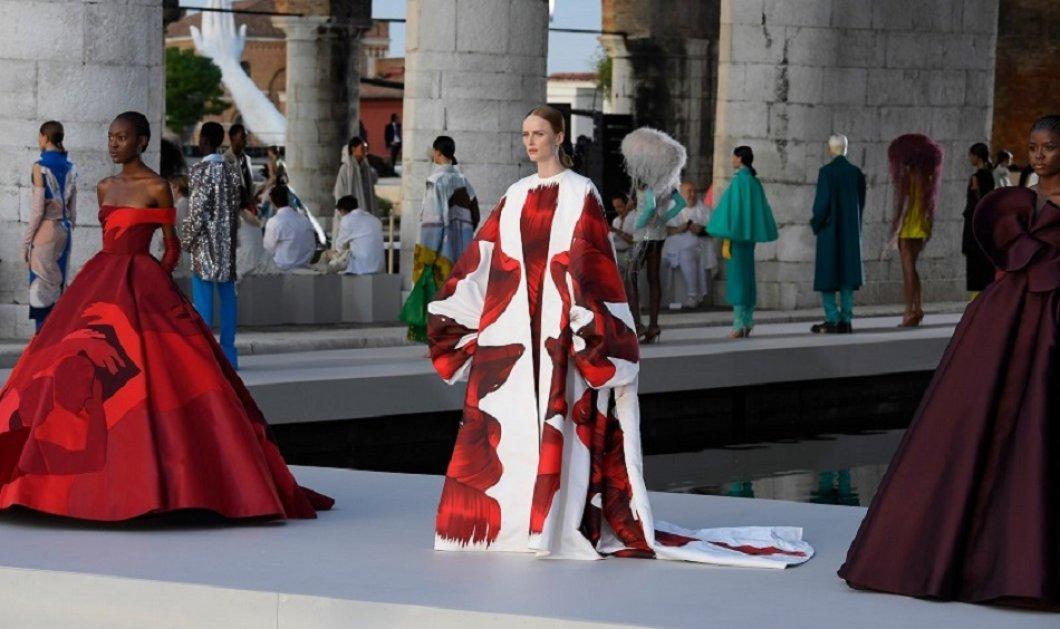Το ντεφιλέ του Valentino στην Βενετία θα μείνει στην ιστορία - Η θριαμβευτική επιστροφή της glam κομψότητας στην υψηλή ραπτική (φώτο) - Κυρίως Φωτογραφία - Gallery - Video