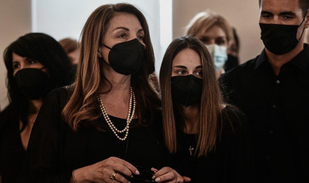 Τόλης Βοσκόπουλος: Η Άντζελα Γκερέκου διακόπτει τα γυρίσματα του σήριαλ στο Mega λόγω πένθους - ποια η τελευταία επιθυμία του «πρίγκιπα» - Κυρίως Φωτογραφία - Gallery - Video